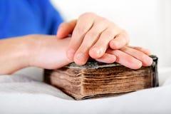 Persona con una biblia Fotografía de archivo
