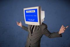 Persona con una pantalla azul de la cabeza del monitor y del error no recuperable en los di Imagenes de archivo
