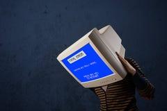 Persona con una pantalla azul de la cabeza del monitor y del error no recuperable en los di Foto de archivo