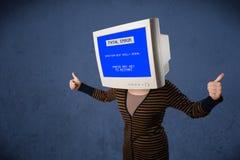 Persona con una pantalla azul de la cabeza del monitor y del error no recuperable en los di Imágenes de archivo libres de regalías
