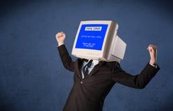 Persona con una pantalla azul de la cabeza del monitor y del error no recuperable en los di Imagen de archivo libre de regalías