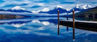 Persona da un lago alpino Fotografia Stock