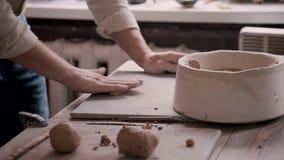Persona de arte que hace el plato en estudio del pequeño taller almacen de video