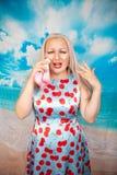 Persona de la alergia con los mocos que sostienen un pa?uelo la mujer cauc?sica joven en vestido del verano est? enferma foto de archivo