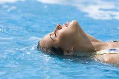 Persona de la muchacha hermosa en agua azul Imagenes de archivo