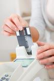 Persona de las ventas que inserta la tarjeta en el explorador Fotografía de archivo