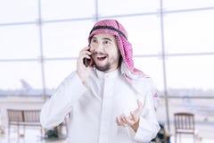 Persona de Oriente Medio que habla en el teléfono móvil Imagenes de archivo