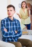 Persona de Unpleased que critica al cónyuge Fotografía de archivo