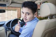 Persona del éxito con el nuevo coche en casa Fotos de archivo libres de regalías