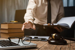 Persona del hombre del abogado del negocio que trabaja en la oficina Fotos de archivo