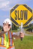 Persona del indicador que retarda tráfico Foto de archivo