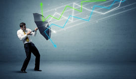 Persona del negocio con el paraguas y el concepto de las flechas del mercado de acción Foto de archivo