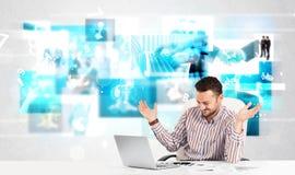 Persona del negocio en el escritorio con imágenes modernas de la tecnología en el fondo Imagenes de archivo
