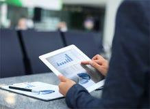 Persona del negocio que analiza estadísticas financieras Imagen de archivo libre de regalías
