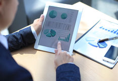 Persona del negocio que analiza estadísticas financieras Fotos de archivo