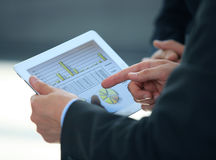 Persona del negocio que analiza estadísticas financieras Foto de archivo libre de regalías