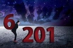 Persona del negocio que cambia el número 2015 con 2016 Foto de archivo