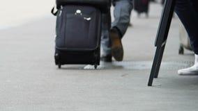 Persona del negocio que rueda su maleta y que camina al ferrocarril, viaje metrajes