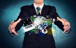 Persona del negocio que sostiene el ordenador portátil y el globo Imagen de archivo libre de regalías