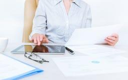 Persona del negocio que trabaja con los documentos imagenes de archivo