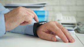 Persona di affari Access Smartwatch Technology ed inviare un messaggio facendo uso di Internet video d archivio