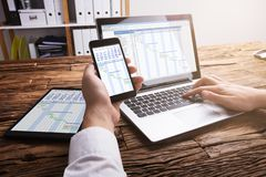 Persona di affari Analyzing Gantt Chart sul computer portatile fotografia stock libera da diritti