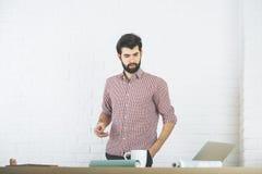 Persona di affari attraente che per mezzo dello smartphone Fotografia Stock Libera da Diritti