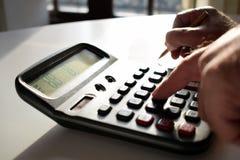 Persona di affari che lavora nell'ufficio Mano dell'uomo con il calcolatore nel luogo di lavoro fotografia stock libera da diritti