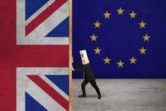 Persona di affari che spinge bandiera del Regno Unito Fotografia Stock