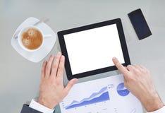 Persona di affari With Digital Tablet e grafico Fotografie Stock Libere da Diritti