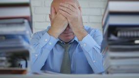 Persona di affari disturbata Image nella stanza dell'archivio che fa gesto di mano disperato fotografia stock