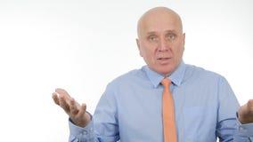 Persona di affari Gesticulating Talking e spiegare in un'intervista di affari fotografie stock