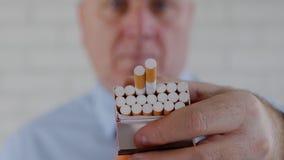 Persona di affari Image Offering una sigaretta ad un'altra persona archivi video