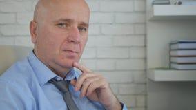 Persona di affari Image With un atteggiamento calmo che guarda alla macchina fotografica dal responsabile Chair fotografie stock