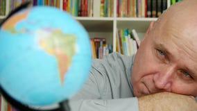 Persona di affari nello sguardo deludente soggiorno della stanza dell'ufficio alla mappa del globo della terra video d archivio
