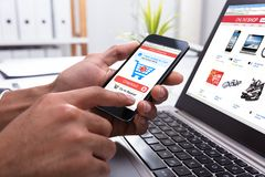 Persona di affari Shopping Online On Smartphone fotografia stock