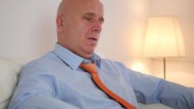 Persona di affari stanca Sit Relaxed sul sofà e sul canale televisivo del cambiamento facendo uso della ripresa esterna archivi video