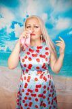 Persona di allergia con il naso semiliquido che tiene un fazzoletto la giovane donna caucasica in vestito dall'estate ? malata fotografia stock libera da diritti