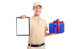 Persona di consegna che trasporta un contenitore di regalo Immagine Stock