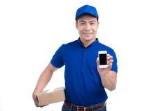 Persona di consegna Postino asiatico con la scatola del pacchetto che mostra cellulare pH fotografie stock