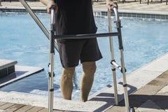 Persona di handicap che ottiene indietro alla forma fisica dopo avere avvertito un'imposicio'n disattivante immagini stock