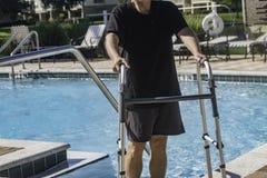 Persona di handicap che ottiene indietro alla forma fisica dopo avere avvertito un'imposicio'n disattivante fotografia stock libera da diritti