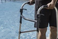 Persona di handicap che ottiene indietro alla forma fisica dopo avere avvertito un'imposicio'n disattivante fotografia stock
