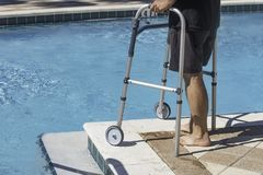 Persona di handicap che ottiene indietro alla forma fisica dopo avere avvertito un'imposicio'n disattivante immagini stock libere da diritti