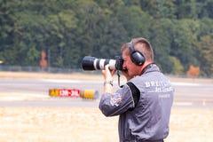 Persona di sesso maschile che prende foto con il canone DSLR immagini stock