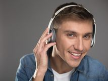 Persona di sesso maschile piacevole che ascolta l'annotazione Fotografie Stock