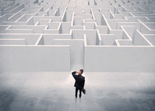 Persona di vendite che sta all'entrata del labirinto Fotografia Stock