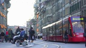 Persona discapacitada en calle moderna de la travesía de la silla de ruedas, sociedad igual tolerante almacen de metraje de vídeo