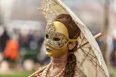 Persona disfrazada con un parasol Fotos de archivo libres de regalías
