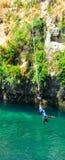 Persona durante il salto bungy in Taupo Nuova Zelanda immagine stock
